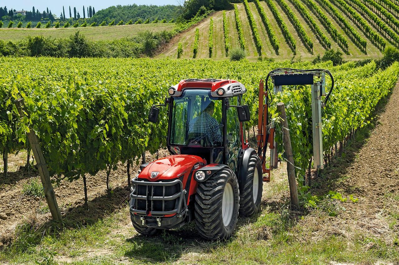 Tony und ist der äußerst kompakte, wendbare Traktor von Carraro